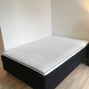 Sælger min skønne seng som har været så god ved mig.  Da jeg flytter har jeg købt en større seng.   Beskrivelse af sengen: Kontinentalsengen har tre komfortable madraslag, sengens springmadras er der moderne pocketfjedre, som tilpasser sig din krops former og vægt. Omkring madrassens fjedre er der holdbar polyetherskum, fremmest bidrager skummet til den samlede komfortoplevelse og derudover afleder skummet også overskydende varme.   Sengen er 7 måneder gammel og ser ud som ny :) Og sengen er 140x200 Den har kostet 12500 fra ny.