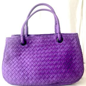 Beatiful lilac Bottega Veneta handbag with the famous intercciato leather.   Gorgeous Spring & Summer lilac colour just like the one being currently relaunched in new models.  Soft lamb leather. Perfect condition.Bought on Vestiaire Collective.   Measurements: Width: 26 cm Height: 30 cm Depth: 18 cm