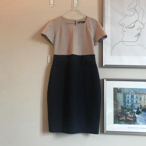 Fin sommer kjole fra Zara. Sidder tæt i taljen Kjolen er aldrig brugt