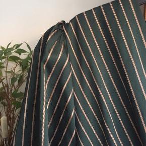 Smuk lang kjole fra Omai med bindebånd om liver og knapper på ærmerne 🌱