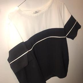 Envii T-shirt, Ny, med prismærke. Nørre Tranders - Str. small. Envii T-shirt, Nørre Tranders. Ny, med prismærke, Aldrig brugt og stadig med prismærke. Har ingen skader eller tegn på brug