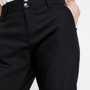 Blake Night shorts  MATERIALE OG VASKEANVISNING Materiale: 53% bomuld, 44% polyamid, 3% elasthan Plejeanvisning: Maskinvask ved 40°C, ikke egnet til tørretumbler, skånevask Navy