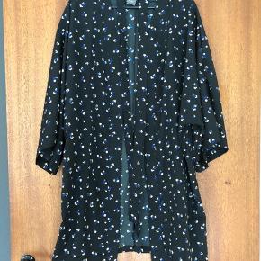 Kimono str. xs/s. Kan muligvis passes af medium.