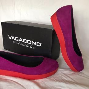 """Mørk fuchsia ruskind plateau/platform ballerinaer fra Vagabond i str. 36.  """"Purple Wine"""" er mærkets eget navn for farven og modellen er """"Edie"""".  Der er fra køb af et lille område på indersiden af højre hæl der har en svag mørk plamage, men det er ikke noget man rigtigt lægger mærke til.  Helt nye og stadig i æsken, aldrig brugt.  NP 500kr.  Skriv endeligt hvis du ønsker flere billeder/detaljer.  Kan give mængderabat ved køb af flere ting"""