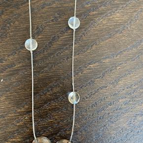 Smuk lang hals smykke - en lang kæde -117 cm - der kan bæres som man ønsker . Kæden har glas perler langs kæden , afsluttes nederst i hver ende er en rund sterling sølv 'skål' med turkis farve indeni. (Stempel 925) Bytter ikke. Kvittering haves desværre ikke, da den er modtaget i gave