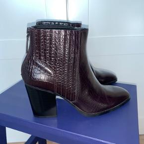 Flotte støvler med hæl. Aldrig brugt. Bourdeux rød.