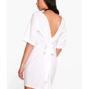 Fin kjole med sløjfe bagpå ryggen, kan evt bindes foran også eller skiftes ud med en anden.