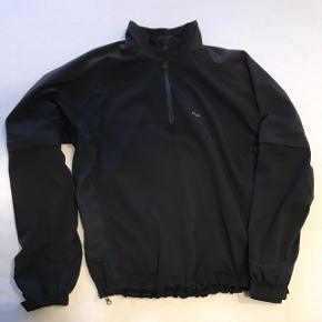 Lækker pullover jakke fra H2O Stor lomme nederst på rykken, og ærmer kan lynes af