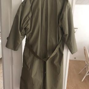 Helt ny frakke både til sommer og efterår muligvis vinter med en tyk trøje indenunder, da man kan da foret inden i af og på  Den har ikke været brugt  Nypris er 3999  Mp vil være 550