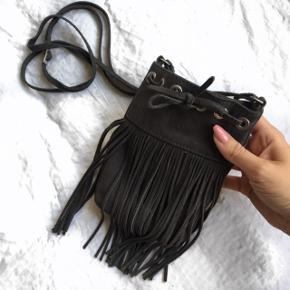 Helt ny ruskinds crossover taske med frynser. Plads til mobil, kort og nøgler.Np 950kr.  Ægte ruskind !'