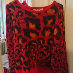 Lækker blød sweater, kun brugt et par gange. Nypris 1500