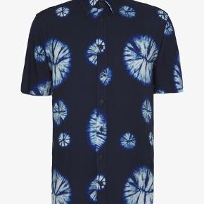 Sælger denne fede, kortærmet kvalitetsskjorte, lavet i blødt og let materiale - perfekt til de varme tider! Aldrig brugt, kun prøvet på.  Model: Libertine Libertine Cemetary 1852 Shirt  BYD!