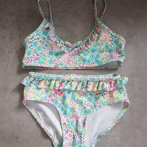 H&M bikini i str. 122/128. Det er i fin stand, og er uden huller og pletter. Det er fra røg og dyre fri hjem, og er vasket i neutralt. Det kan afhentes i 6700, eller sendes hvis porto bliver betalt.