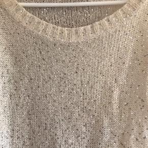 Smuk sweater med sølv pallietter. Brugt et par gange, så fremstår som ny