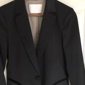 Flot sort - lidt skinnende - habit jakke med 2 guld striber på ærme. Jeg har for mange sorte jakker, derfor sælges denne