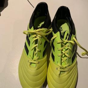 Fodboldstøvlerne er ikke brugt før, da det var en fejl leverance. Kom med et god bud, så kan vi snakke om det.
