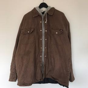 Dickies Worker Jacket  Grå hoodie syet indenunder  XL  Vintage stand, masser af liv tilbage   Forespørgsler om flere billeder eller informationer er meget velkomne. Jeg giver gerne mængderabat!