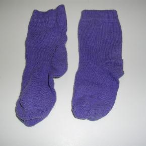 Varetype: 2 par Strømper Størrelse: 20/22 Farve: lilla + hvid  2 par Melton strømper i pæn stand.  De lilla er gmb grundet lidt fnuller, selvom de er vasket få gange.  De hvide er nsn - mener aldrig de har været i brug.  samlet pris 10,- pp