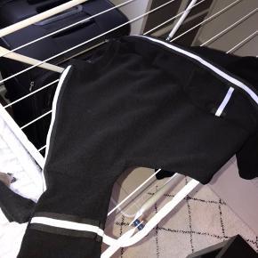 Sæt fra sisters point. Sort. Trøjen er i str Xs, og bukserne er i str S. Det er noget tid siden jeg har købt det, men der er ingen tegn på slid. Det kostede omkring 700-800 kr for ny. Byd