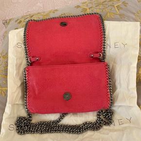 Clutch / Crossbody taske fra Stella McCartney. Helt ny og stofpose følger også med. Nypris var 5.495. Det var en limited edition.