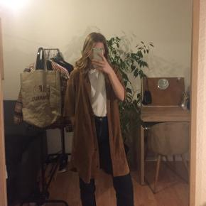 Lækker jakke/kjole i ægte ruskind. Brugt en til to gange og er i perfekt stand. Nypris 1400 kr. Størrelse XS, men er lidt stor i størrelsen 🤩👌🏻