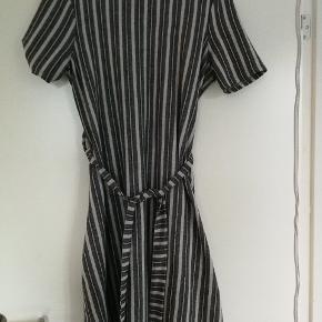 Fin kjole med bindebånd. Svarer til en 36-38.