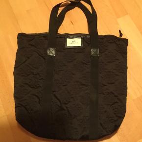 Vatteret, med lomme indvendig med lynlås. Polyester/ nylon. Bredde 55 cm, højde 42 cm.