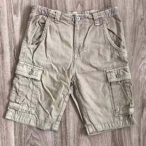 Brand: WARP Varetype: Shorts Farve: Beige  Super fine shorts, str. 152.  De er udført i kraftig stof, og kan bruges til det vilde liv eller når dagen er lidt kold, men stadig kan bruge shorts.  De er så fede. Dem har vi været rigtig glade for.  De har gode lommer, og et fedt look. Jeg har dem også i sort.  De er købt i Intersport.   Mp: 40,- pp  Bruger gerne mobilepay.  Se også mine andre annoncer. Har 50 stykker med alt muligt lækkert:)