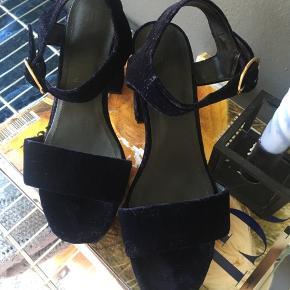 Flotte sandaler / heels / stiletter i velourlignende stof. Brugt én gang. Almindelig str. 37