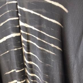 Smuk kjole eller tunika fra RS. 100% viskose. Brugt et par gange. Flot gråblå farve. (Nok mest grålig)