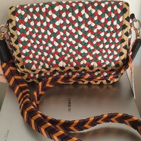 Braided shoulder bag with statement strap Adjustable strap Crossbody Inner lining Inner pocket Dimensions:23,5 x 14,5 cm