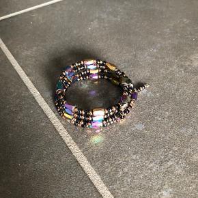 Magnetisk armbånd som bare snors om håndled så bliver det på plads kan også bruges som kæde  Multi farvet  Nyt