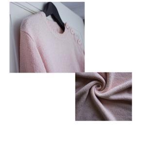 """Crinkle bluse  - Farve: En blanding mellem rosa og laksefarvet -  """"håndklæde""""/ crinkle materialet trender lige nu(se billede 1)  - Ingen tegn på brug  - Lukkes med 3 knapper  - Crew neck/ den har en forholdsvist høj halsudskæringen      Pasform:  - Passer XS-M. Jeg er selv mellem Small og Medium. Ærmerne bliver selfølgelig kortere, jo større man er."""