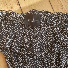 Smuk designers remix kjole, har desværre ikke fået den brugt selvom den sidder rigtig flot. Kom med et bud. Nypris 1100