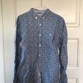 Skjorte fra Knowledge Cotton, i blødt behageligt stof.  Slim fit medium, men sidder som normal fit. Nypris: 350kr