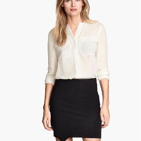 Varetype: nederdel sort asymmetrisk Farve: Sort  Sælger denne fine ubrugte nederdel fra H&M :-)  Den sælges for 50 + porto :-)