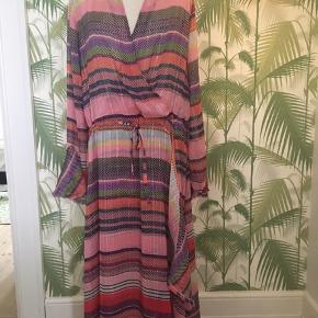 Smuk, let og sommerlig kjole, kun brugt to gange. Er lidt for stor til mig, synes jeg. Er egentlig str. M men føles som L.