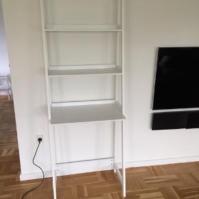 Reol med kontorplads. H 180 cm, B 63 cm, D 40 cm