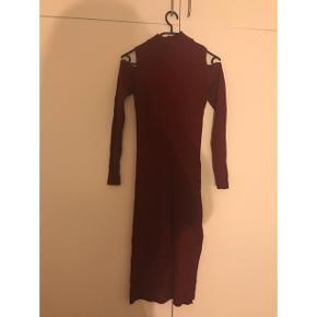 Bordeaux midi kjole i str onesize, vil mene det passer en xs-m den er elastisk og sidder tæt. Har brugt den nogle gange, men den fejler intet. Købt til 250kr for 2 år siden. Søgeord: rødvins rødvin , mørke rød , mørkerød , rød vins rød vin, turtleneck , skulder , shoulder , slids , vinter , efterår ,