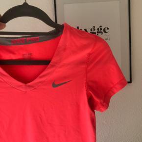 Super dejlig løbe tshirt fra Nike i en koral farve!  Har måske brugt til træning en enkelt gang, ellers har den bare siddet i skabet ☺️🌸  #30dayssellout