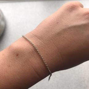 Sølv armbånd tynd ankerkæde. Måler 17cm. Brugt et par gange men fejler intet. Købt ved den lokale guldsmed. Sælges da jeg ikke får den brugt.