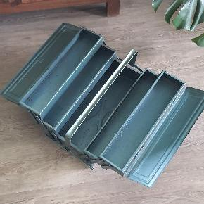 Blå metal værktøjskasse med pletvis patina. Faktisk urolig smuk at se på. I super fin stand.  45 cm. Land 20 cm. Bred 21 cm. Høj
