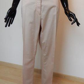 Airfield buks 46, rosa, straight leg/high waist, 96% bom/4% elastane, brugt 1-2 gange, næsten som nye (kr 1699) Mål: liv 100 cm, inseam 82 cm