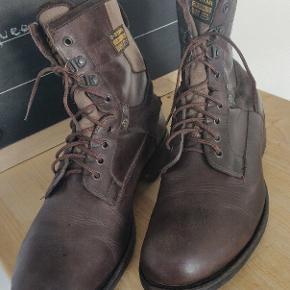 Super fede støvler fra G-star, de lavet i tyk brun læder med russkind.  Det bliver ikke meget bedre og har et lækkert rådt look som g-star er kendte for.   Ny pris er næsten 2000kr og sælges billigt da de ikke bruges.   Kan ses i Hillerød eller sendes gennem tradono