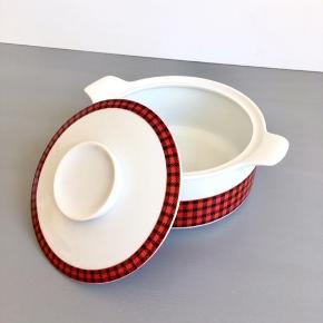 Skøn retro skål i porcelæn fra 'Bavaria' med ternet mønster sælges.  Mål: Diameter 16,5 cm. Højde uden låg 7,5 cm.  Perfekt stand.  Pris: 125,-kr.  Se også mine mange andre ting og sager😊- klik på mit navn/ profilbillede, for at se alle mine ting.