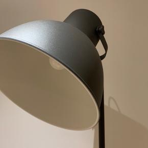 Jeg sælger denne stilede gulvlampe fra IKEA, da jeg ikke ved hvor jeg vil have den stående...  Navnet på den er HEKTAR og den er lavet i en mørkegrå farve. Gulvlampen sælges uden pærer, men IKEA anbefaler en LED-pære E27 til den (jeg har haft brugt en pære med forskellige farver).  Gulvlampen er købt engang i foråret 2020, og har ingen tegn på slid, da den kun har stået på værelset.  Skriv endelig for billede af mål og andet!  Nypris: 399 DKK Mindstepris: 275 DKK eller BYD