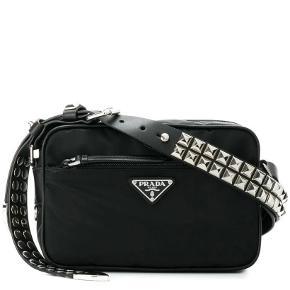 Min Prada taske sælges  Nylon materiale med læder rem med nitter   Modellen hedder studded strap textile   Nypris 9100kr  Mindstepris 4000kr  Hh 4150kr  Bin 4350kr    Cond 7/10    Dustbag medfølger   Alt OG medfølger  Købt over farfetch.  Har kvit.