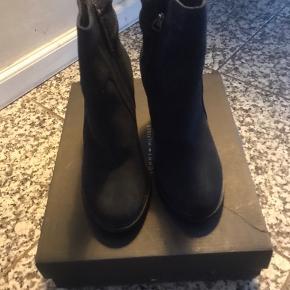 Sælger disse super fine Tommy Hilfiger støvler- da jeg ikke går dem brugt💕 De er aldrig gået med- sælges med kasse prismærke.