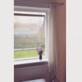 4 stk gardiner, 2 stk gardinstang med gardinringe til samlet nypris af 1840 kr. De er ikke gennemsigtige