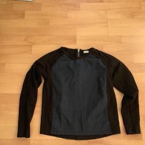 Flot trøje fra Mads Nørgaard med mørkeblåt forstykke og lynlås i nakken.